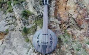 В Ирафском районе рядом с Галиатским водопадом в Северной Осетии установлен арт-обьект «Хъисын фæндыр» Об этом сообщили представители творческой мастерской Mah Kond. «Хъисын фæндыр» – это древний осетинский струнный смычковый музыкальный инструмент, история которого насчитывает несколько веков. Внешне он похож на скрипку, но играть на нем нужно, поставив его в вертикальное положение. Арт-объект установлен без смычка, так как в настоящее время практически никто не играет на хъисын фæндыре», – поделись изготовители. Как планируется в комитете по туризму Северной Осетии, в рамках мероприятия «Обустройство мест показа» будет установлено 10 арт-объектов.