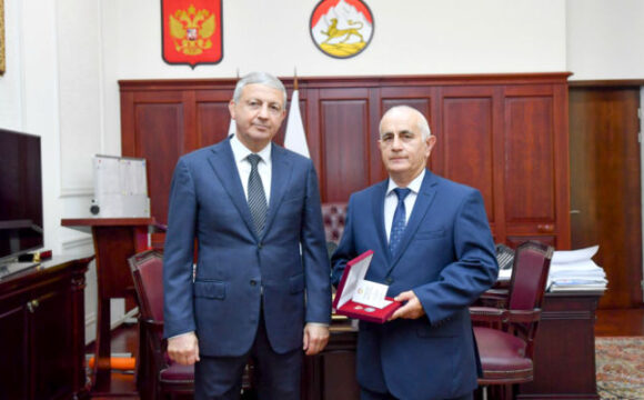 Вячеслав Битаров наградил Руслана Кучиева