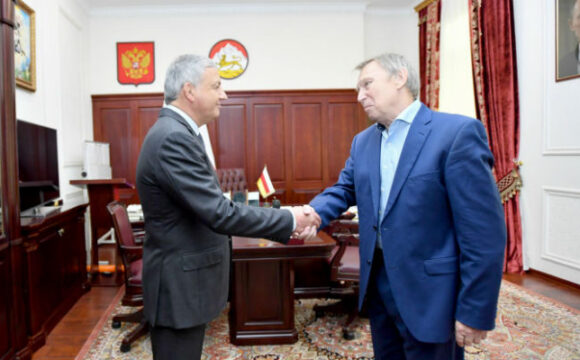 Вячеслав Битаров поздравил Владимира Уварова с 70-летним юбилеем